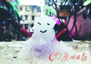 """下雪后,网上流传一堆雪人图片,广州网友说:""""没办法,这么点雪,请原谅我们的雪人都是BB。"""""""